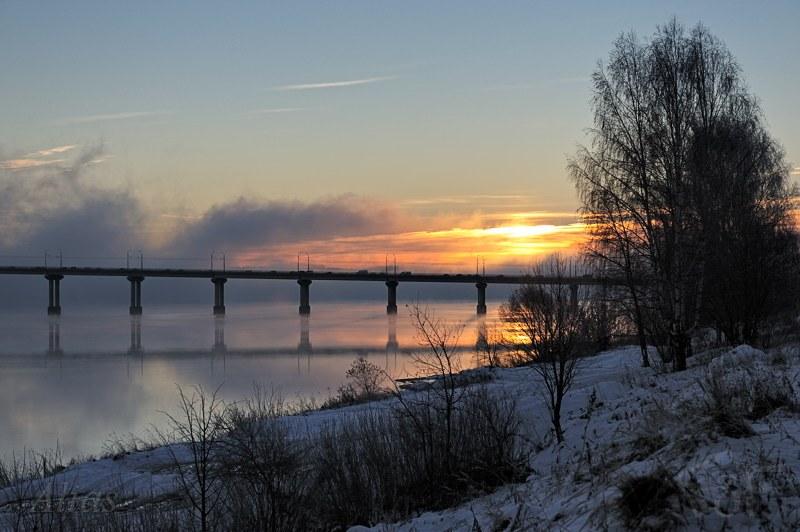 Рассвет над рекой в морозной дымке