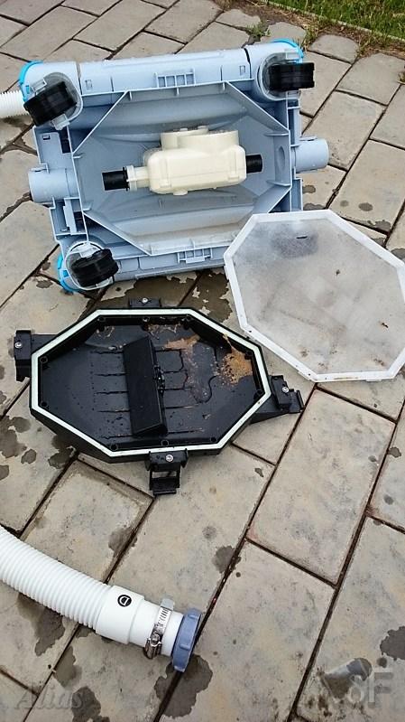 Робот для уборки дна бассейна