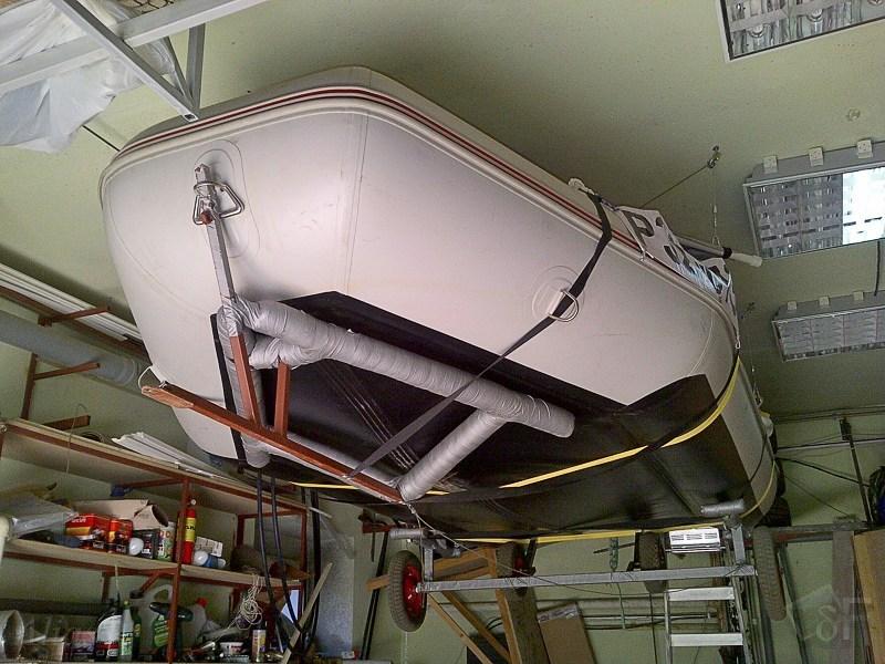 Лодка на лебёдке под потолком
