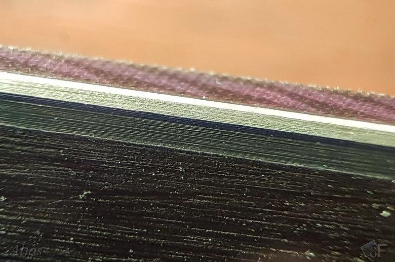 Режущая грань подготовленного канта горных лыж в микроскопе