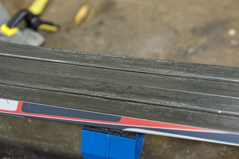 Белёсый налёт на поверхности лыж, требующий повторной подготовки скользяка